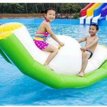 户外充气游泳池漂浮物充气跷跷板小鸭船多少钱一个