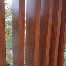 国钜木纹铝合金铝型材防护栏供应仿古艺术木纹焊接铝围栏厂家可来图定制