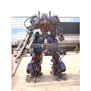 商场展示变形金刚吸引人气机器人擎天柱模型屹立不倒