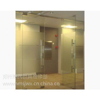 郑州玻璃门维修,换玻璃门拉手