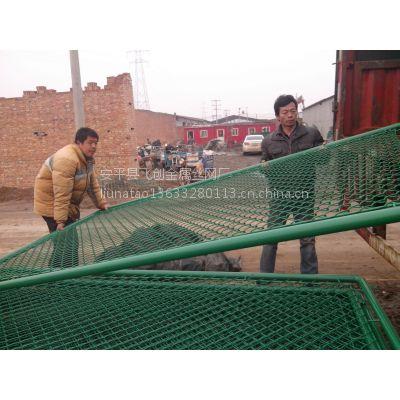 安平飞创足球场围网,主要生产各种尺寸,样式的体育场护网,浸塑防腐。