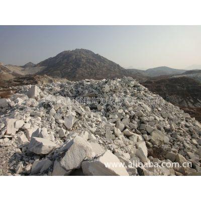 供应雪花白大理石矿山转让10万吨重钙原料!