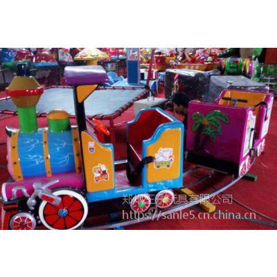 湖南长沙游乐场上摆放多人轨道小火车吸引人吗