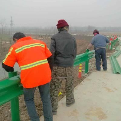 茂名公路波形护栏现货,绿色喷塑波形梁馆护栏,防撞栏图片