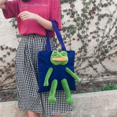帆布女包批发春季新款时尚拼接呆萌青蛙玩偶可爱单肩手提水桶包
