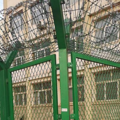 镀锌监狱梅花刺片护栏网 镀锌太阳花钢网墙