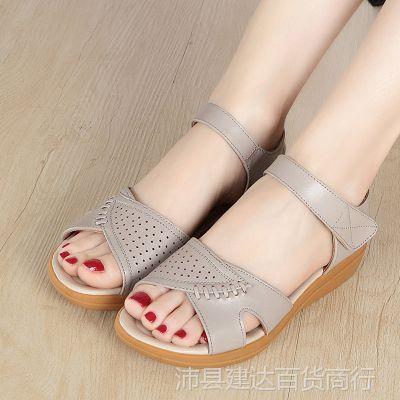 2018新款夏季软底平底中年妇女妈妈凉鞋真皮中跟坡跟中老年凉鞋女