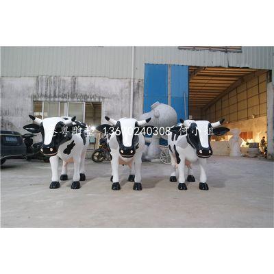 设计生产玻璃钢仿真动物仿真黑白点下奶奶牛雕塑