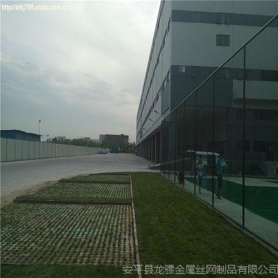 球场围栏网安装图片 学校护栏体育场护栏 桥上隔离网