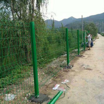 公路隔离栅防护网 喷塑铁丝学校操场防盗金属栅围护栏