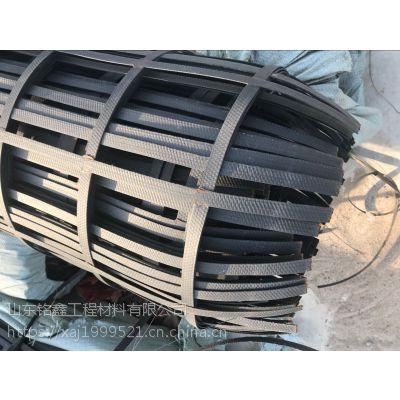 钢塑土工格栅是以高强钢丝和聚义烯材料以及其他助剂,通过挤出并焊接而成