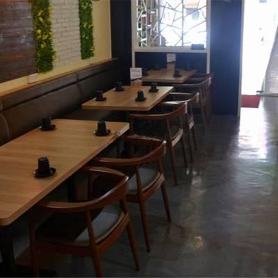 东南亚特色菜馆靠墙卡座沙发桌椅定制